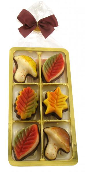 Herbstblätter mit Schokolade